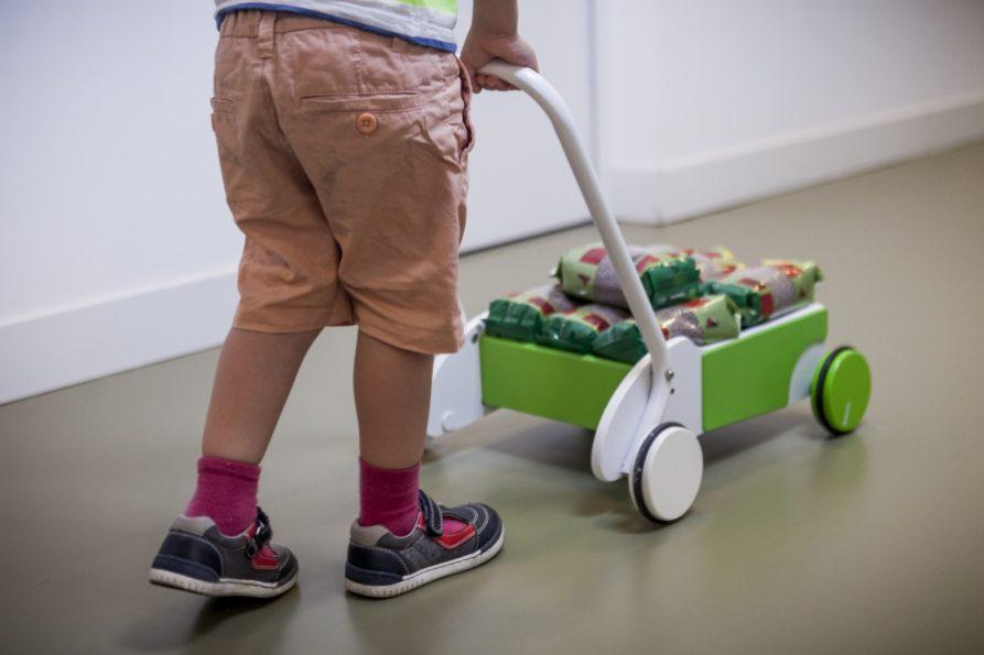 Niño jugando con carrito
