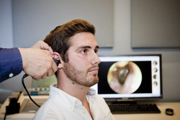 Hombre joven en test de audiología