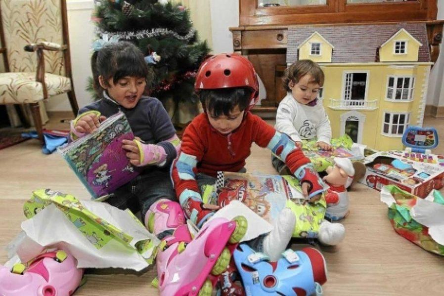 Niños abriendo juguetes