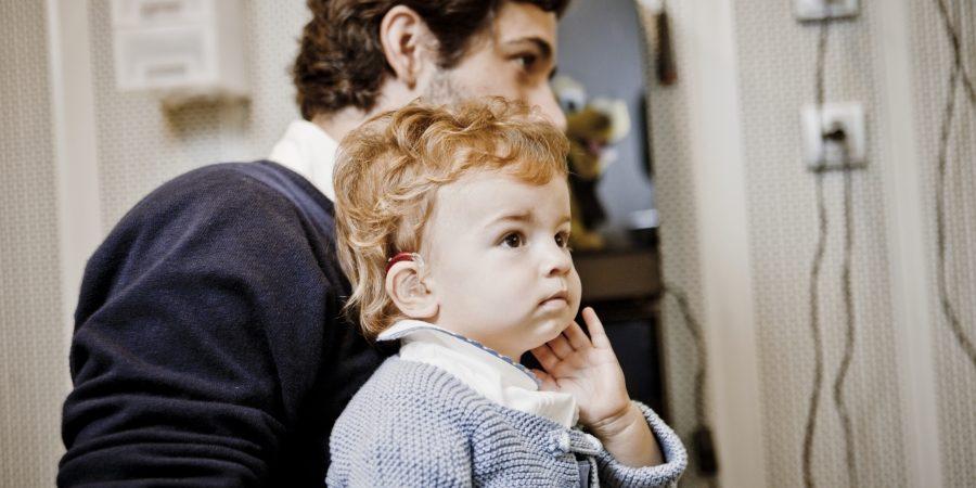 Niño en test de audiología