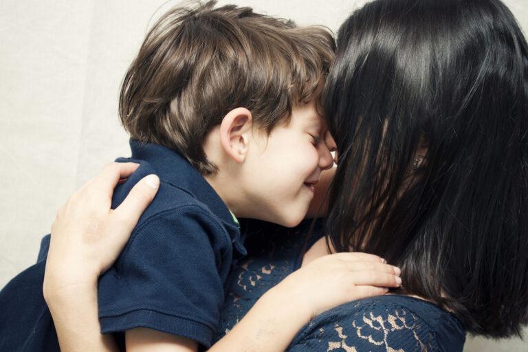 Niño sonriendo sobre madre