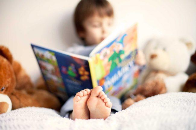 Niño pequeño leyendo libro