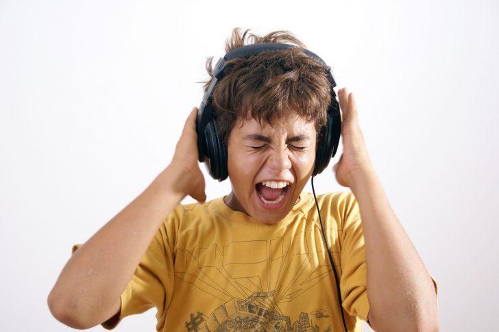 Niño con cascos gritando