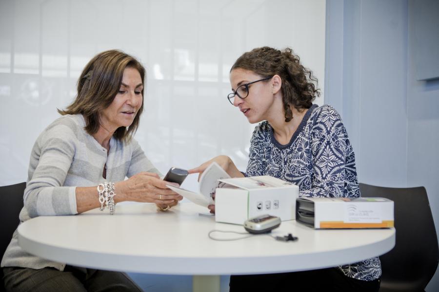 Dos mujeres analizando un producto