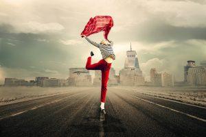 Mujer bailando en medio de carretera